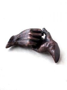beeld helpende handen zandloper